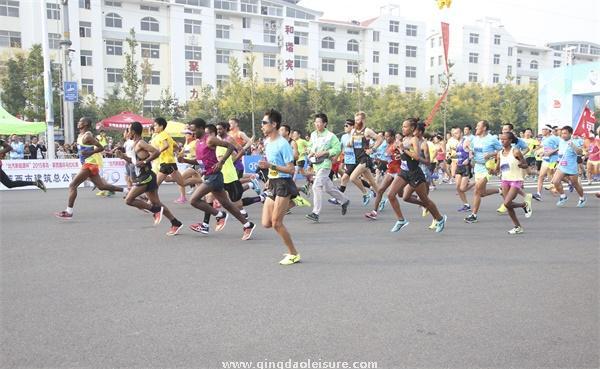 """9月19日上午,""""北汽新能源杯""""青岛·莱西国际马拉松赛在体育中心"""